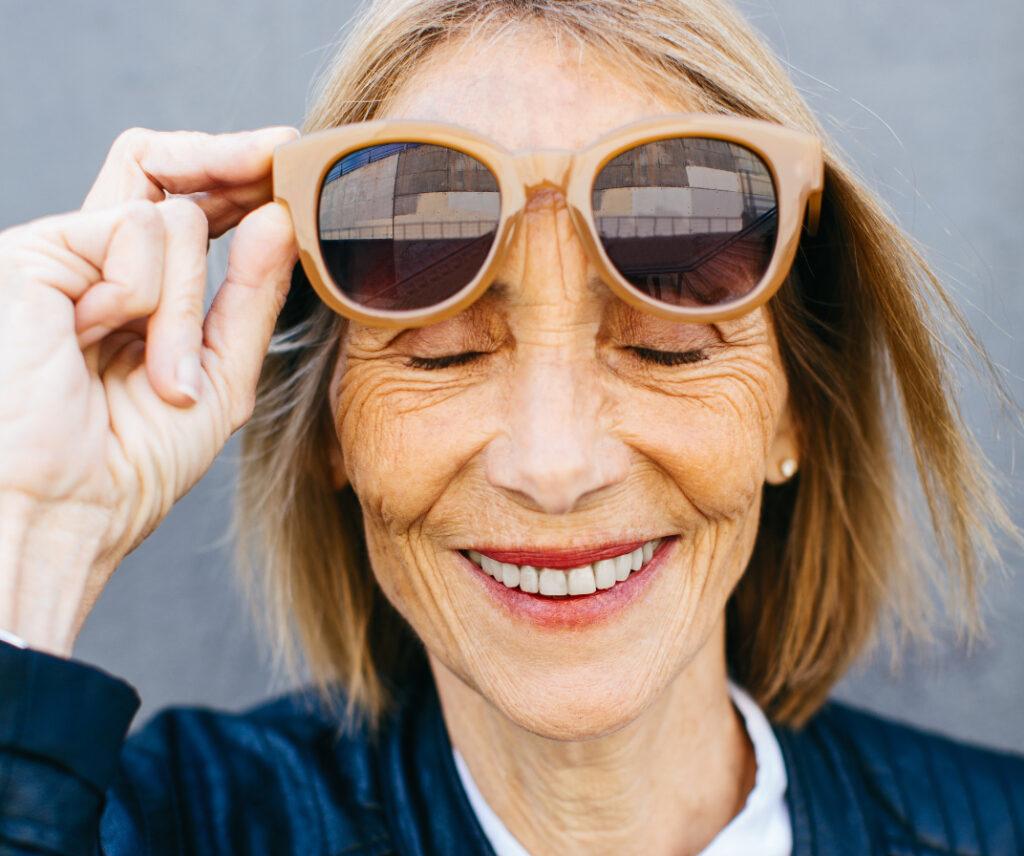 Femme sénior heureuse et souriante